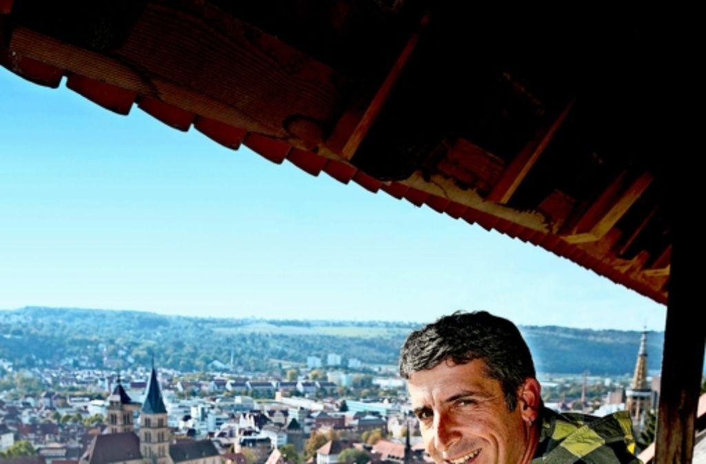 Der Burgweingärtner Achim Jahn überblickt seinen Arbeitsplatz. Gemeinsam mit Jochen Clauß und Jochen Kenner bewirtschaftet er den Weinberg im Herzen der Stadt. Foto: Horst Rudel
