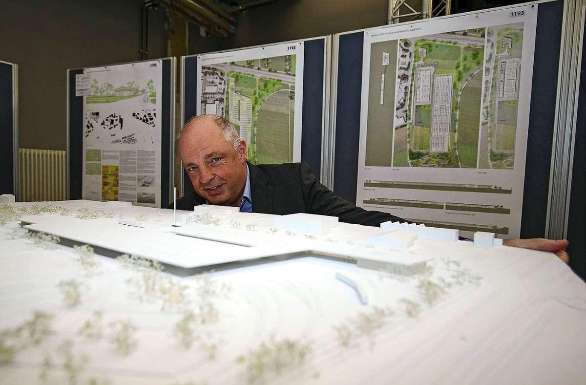 Thomas Moser, Technischer Vorstand und Unternehmenssprecher der SSB, betrachtet das Siegermodell. Foto: LICHTGUT/Leif Piechowski