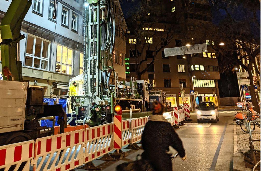 50 Meter tief wird an der Eberhardstraße gebohrt. Die Bohrstelle sorgt für einen Engpass an der Fahrradstraße – vor allem wenn Autofahrer die Schilder missachten. Foto: Jürgen Brand