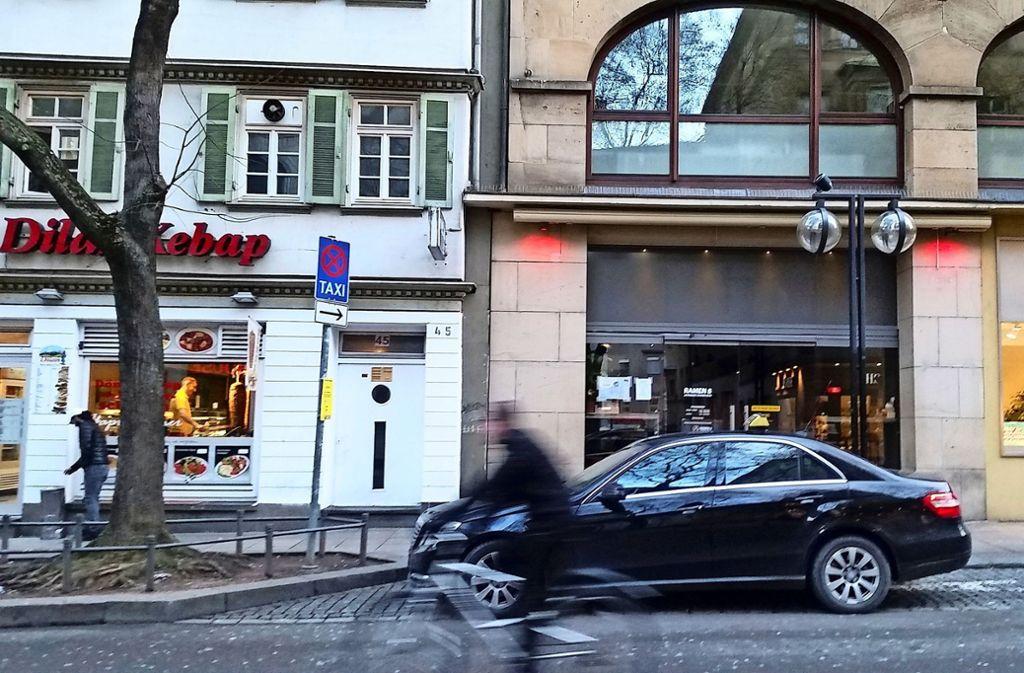 Die Clubbesucher können bisher an der Eberhardstraße in ein Taxi steigen. Nach dem Wunsch des Bezirksbeirats soll das sich  ändern. Sie  präferieren einen Taxistand  an der Hauptstätter Straße. Foto: Hans Jörg Wangner