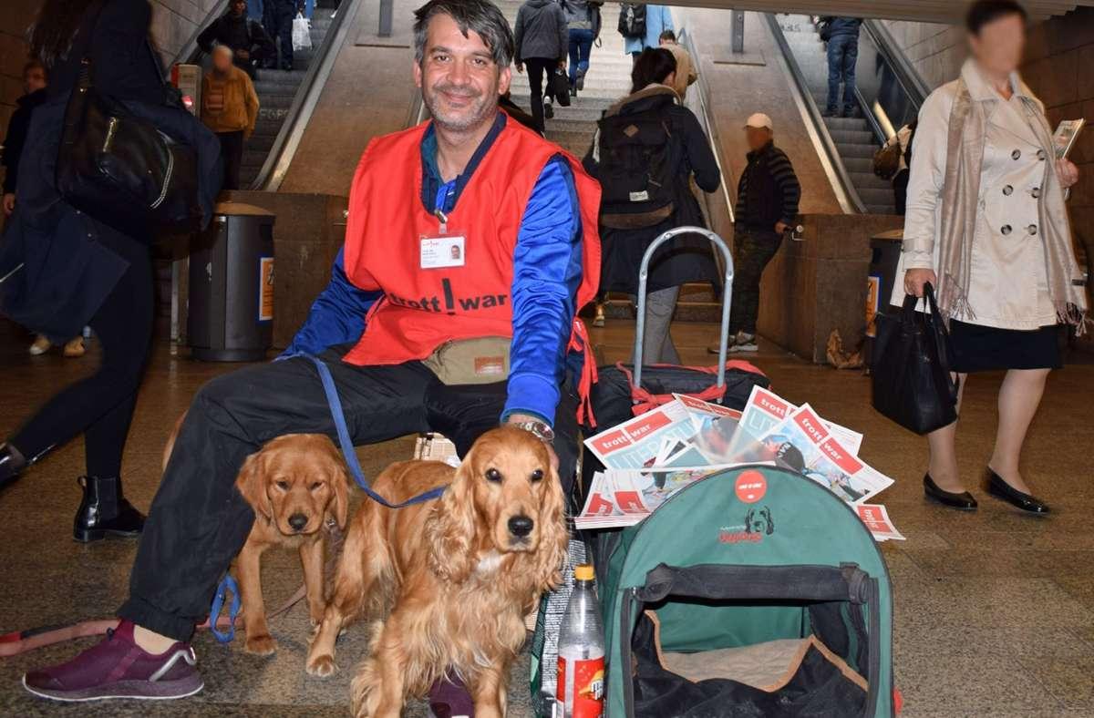 Martin Kikiny an seinem Verkaufsplatz: Vorne steht der vermisste Scoubidou, der Hund dahinter heißt Benny. Foto: Alexander Kappen