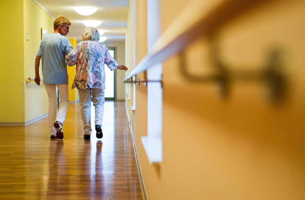 In der Altenpflege sind die Fehltage aufgrund psychischer Erkrankungen besonders hoch. Foto: dpa/Christoph Schmidt