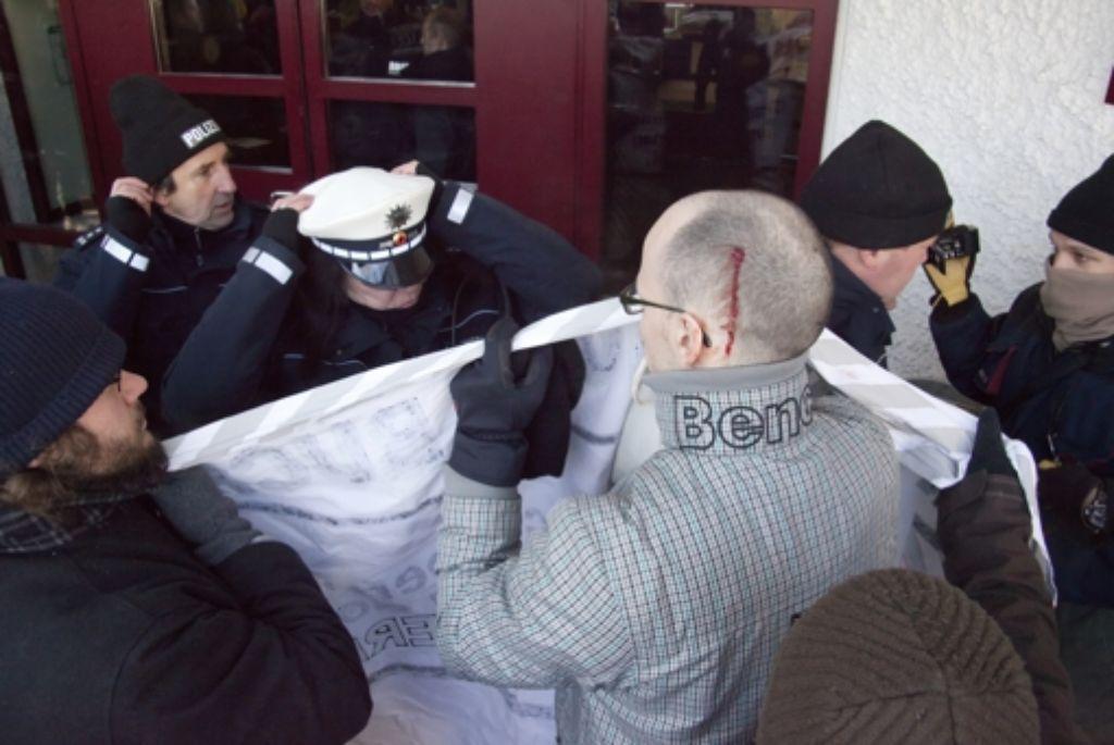 Rund 50 Demonstranten protestierten am Samstag gegen die Veranstaltung des Kopp-Verlags in der Filderhalle. Dabei kam es zu Rangeleien mit der Polizei, bei denen sich einer der Demonstranten eine blutende Wunde am Kopf zuzog. Foto: Thomas Krämer