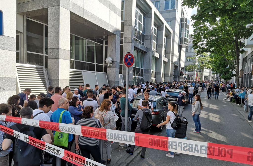 Lange Schlangen haben sich am Sonntag vor dem rumänischen Konsulat gebildet. Foto: Lichtgut/Max Kovalenko