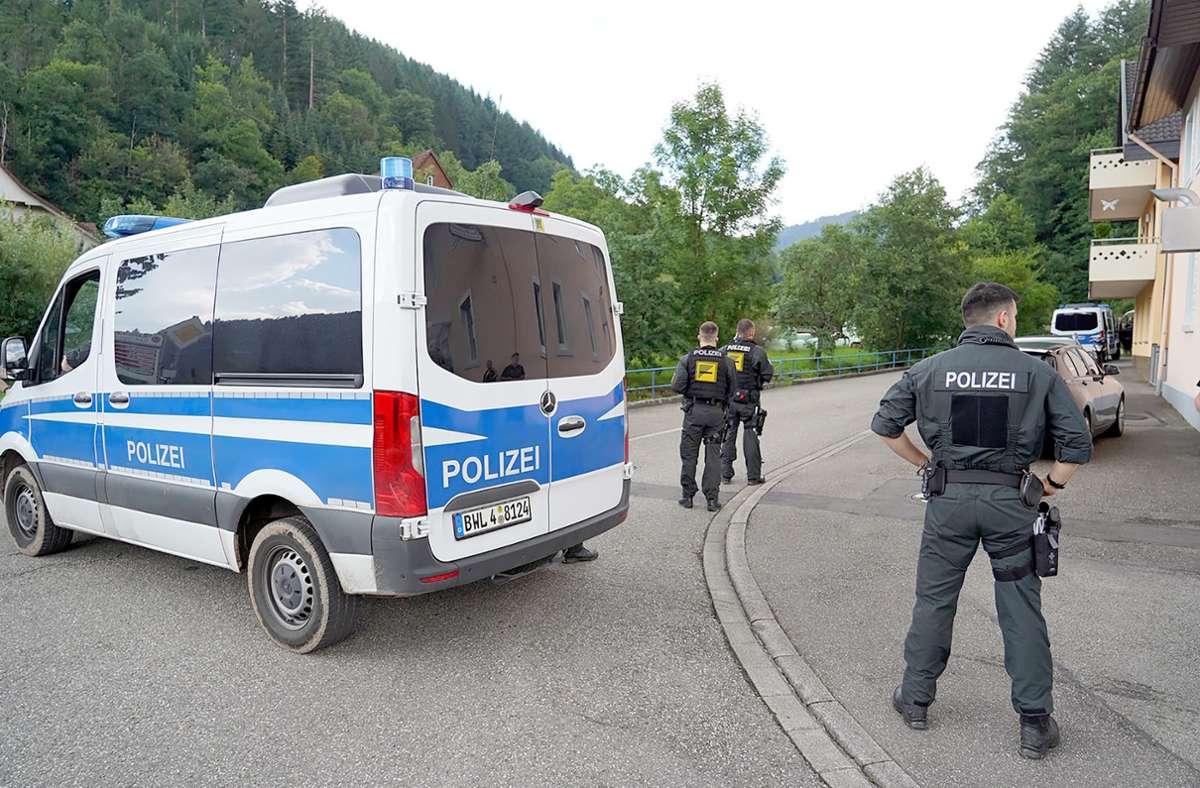 Polizisten bei der Fahndung nach Yves R. (Archivbild) Foto: dpa/Benedikt Spether