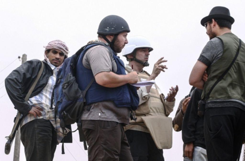 Der US-amerikanische Reporter Steven Sotloff (Mitte, mit schwarzem Helm, hier auf einem Foto vom Juni 2011 aus Libyen) soll von IS-Dschihadisten getötet worden sein. Foto: Getty Images Europe
