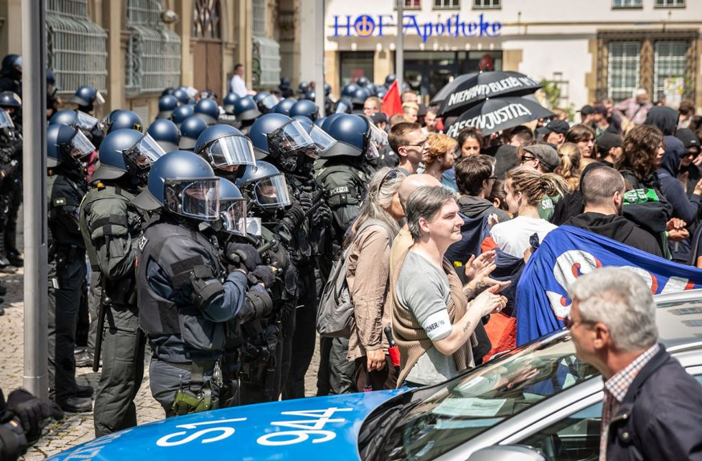 Auf dem Schillerplatz geraten Demonstranten  und Polizisten aneinander. Foto: Lichtgut/