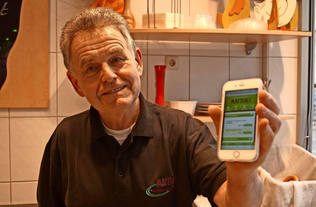 Kurt Matthes zeigt die Web-App, mit der übers Smartphone die Mittagsgerichte bestellt werden können. Es gibt sie seit drei Jahren. Foto: Fritzsche