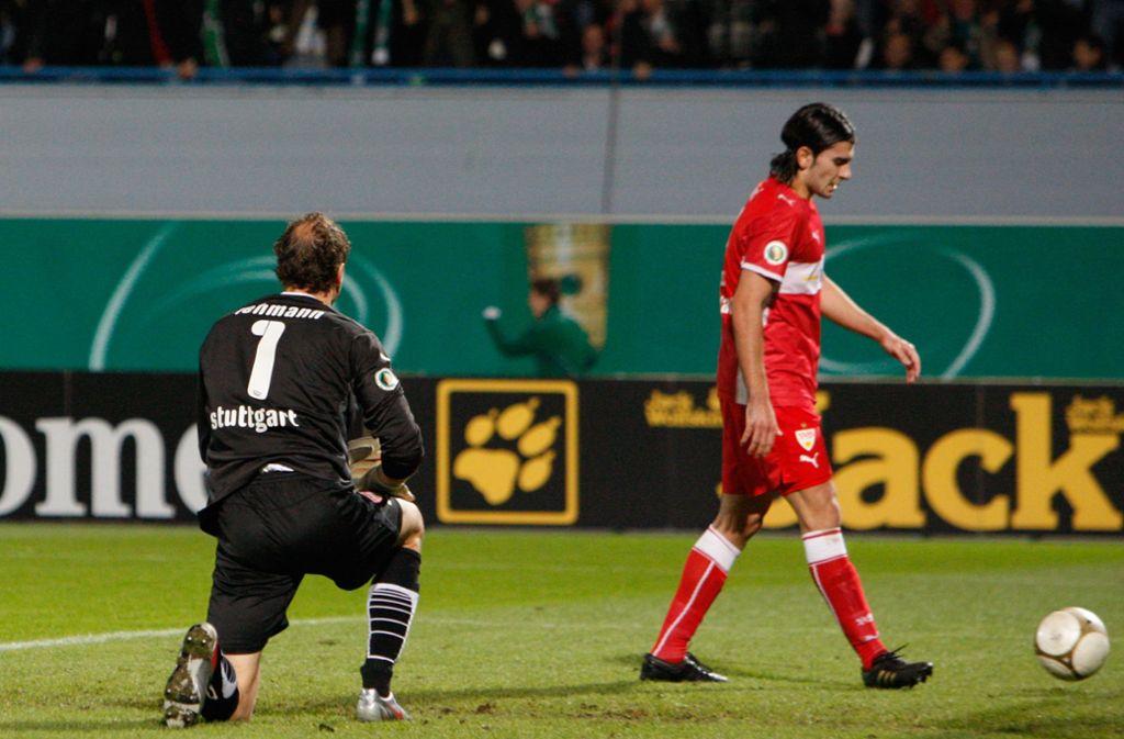 Ernüchterung im Oktober 2009: Jens Lehmann und Serdar Tasci scheitern mit dem VfB bei Greuther Fürth im DFB-Pokal. Foto: Pressefoto Baumann