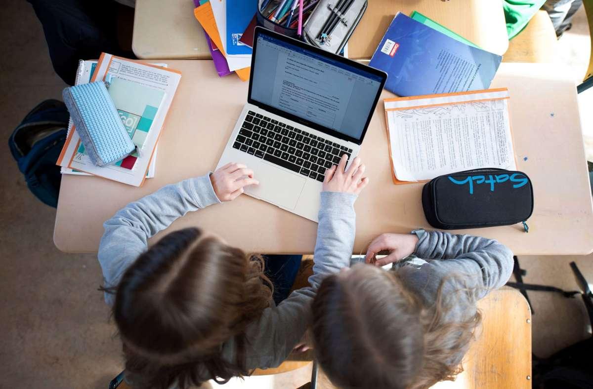 Schulen sollen Geld bekommen, damit etwa neue Laptops und Filteranlagen angeschafft werden können. (Symbolbild) Foto: dpa/Daniel Reinhardt