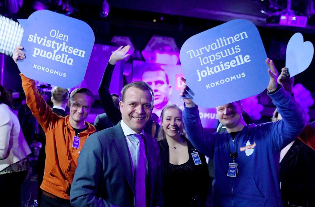Petteri Orpo (Mitte), Vorsitzender der Nationalen Sammlungspartei, kann sich über ein gutes Ergebnis seiner Partei freuen. Foto: Lehtikuva