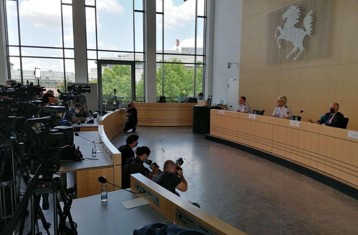 Polizeipräsident Frank Lutz (Zweiter von rechts) und Oberbürgermeister Fritz Kuhn (rechts) bei der Pressekonferenz. Foto: Andreas Rosar/Fotoagentur Stuttgart