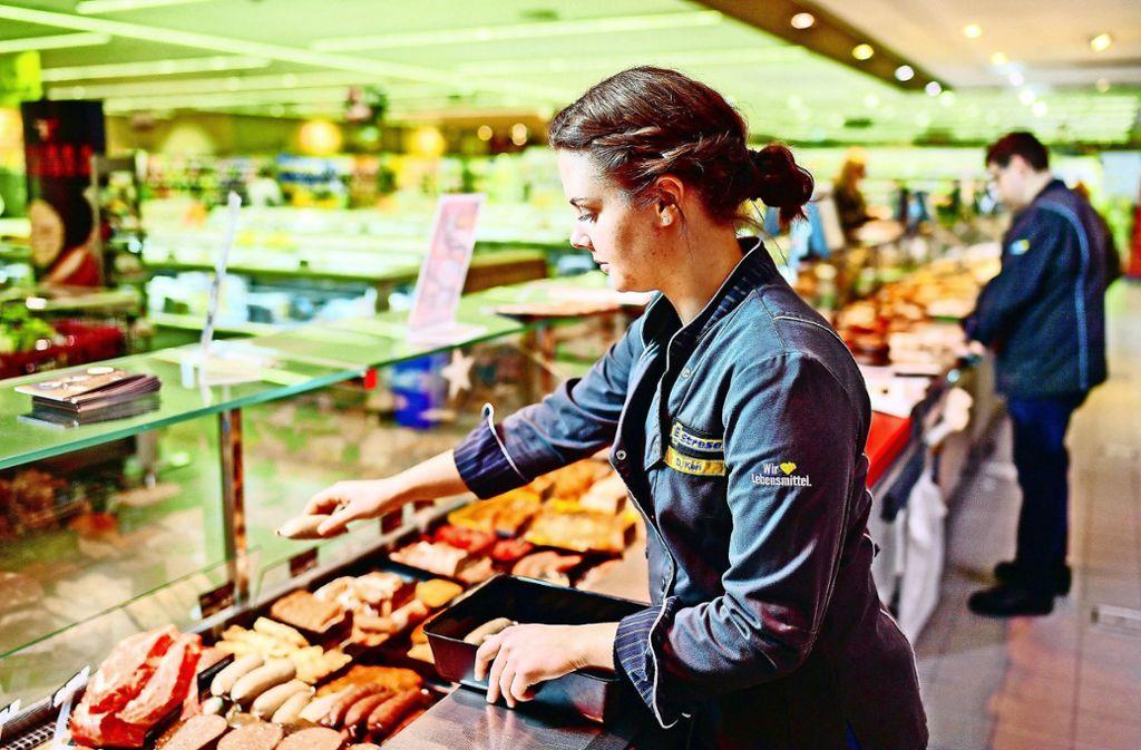 Fachfrauen  an der Fleischtheke sind knapp. Das macht kleinen Läden zu schaffen. Foto: dpa