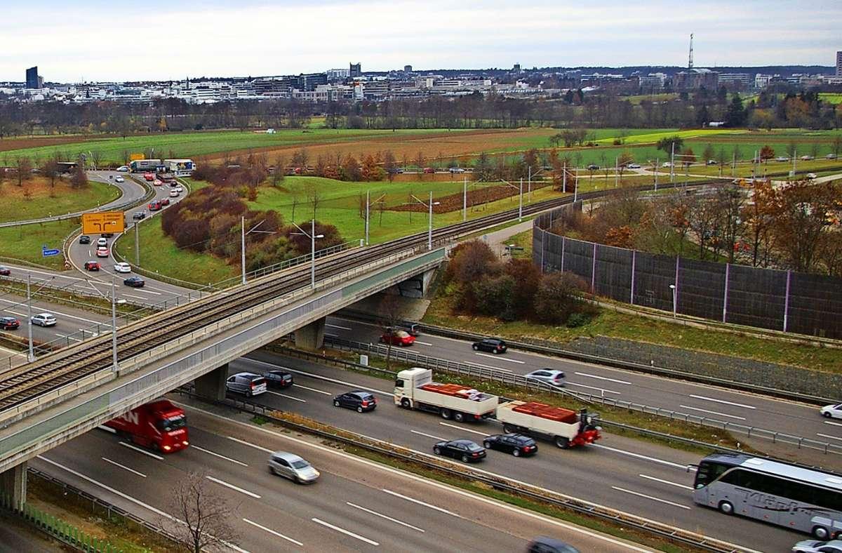 Der südliche Teil der Nord-Süd-Straße (im Bild links oben, im Vordergrund die Autobahn) wird gesperrt. Foto: Archiv/Alexandra Kratz