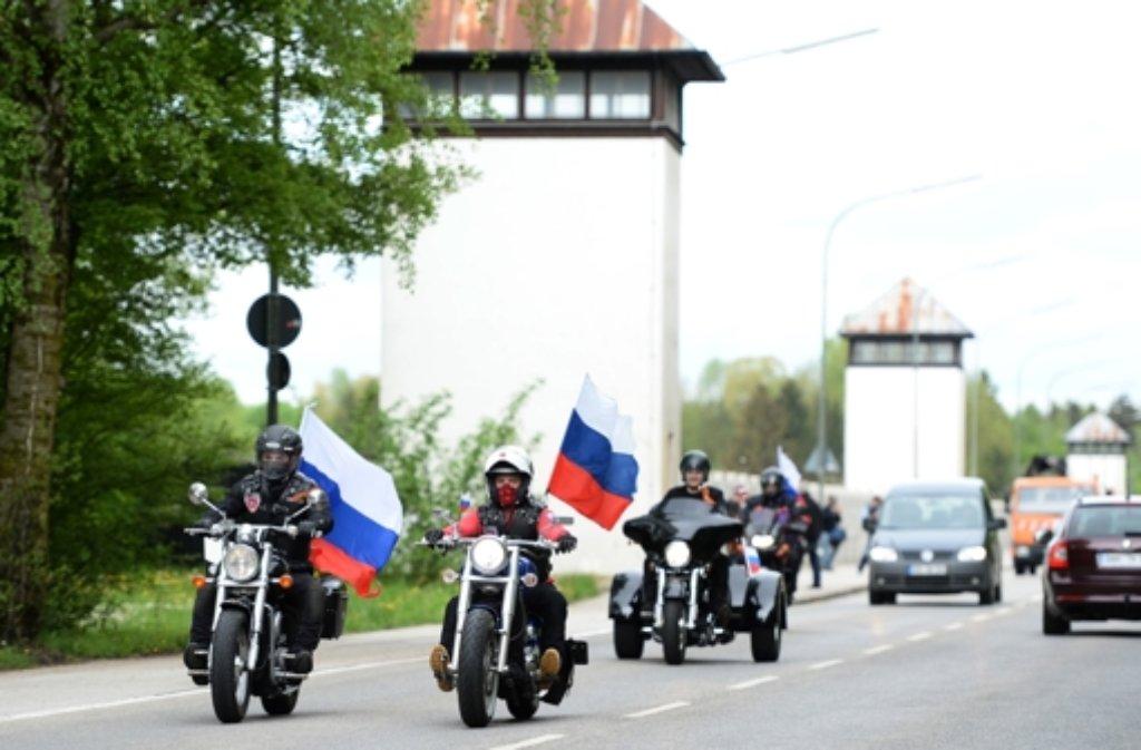 Mit russischen Fahnen fahren Sympathisanten der Nachtwölfe am früheren KZ Dachau vor. Foto: dpa