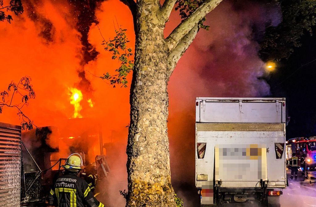 Drei Lastwagen wurden in der Nacht auf Samstag in Stuttgart in Brand gesetzt. Foto: 7aktuell.de/ Alexander Hald