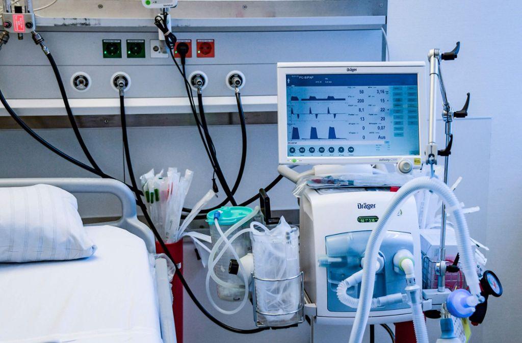 Beatmungsgeräte sind in den Krankenhäusern knapp. Foto: AFP/AXEL HEIMKEN