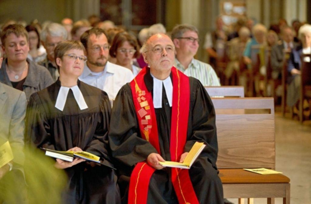 Dekan Hans-Peter Ehrlich (rechts) und die neue Pfarrerin Simone Straub. Foto: Steinert