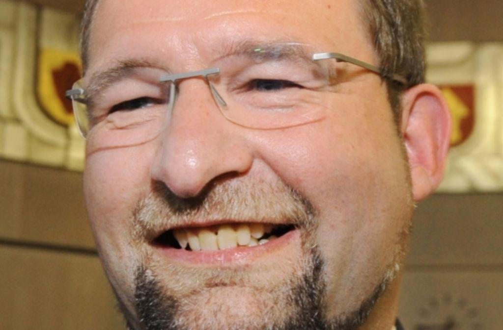 Pforzheims Oberbürgermeister Gert Hager (SPD) hat gut lachen: 37 Millionen Euro erhält die Stadt von der amerikanischen Bank JP Morgan zurück. Foto: dpa