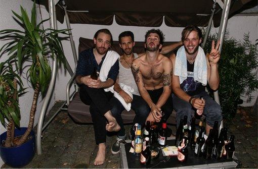 Beim Klinke-Festival im Stuttgarter Kulturzentrum Merlin  ist's heiß, da wird geschwitzt und Bier getrunken: The Jerks nach ihrem Auftritt 2013. Foto: Christoph Hoyer