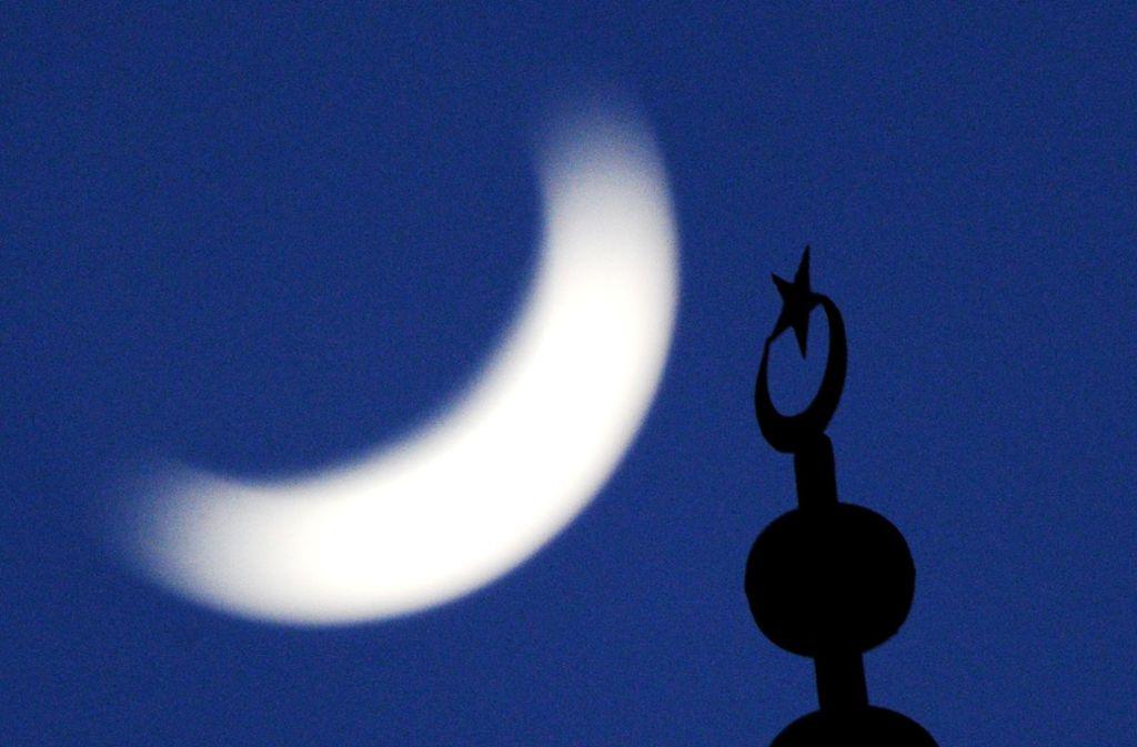 Ein Minarett – normalerweise wird hier zum Gebet gerufen, in Izmir ertönte ein Widerstandslied. (Symbolfoto) Foto: dpa/Julian Stratenschulte