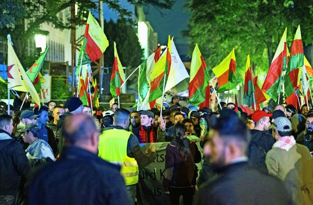 Kurdische Proteste in der Stadt gegen die türkische Militäroffensive. Foto: picture alliance/dpa/Sebastian Gollnow