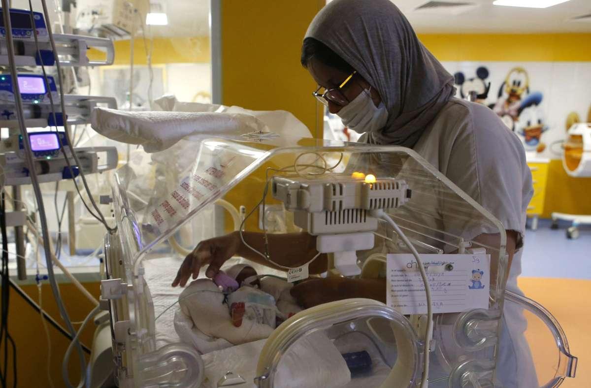 Eines von neun kleinen Babys. Eine Krankenschwester kümmert sich an einem Inkubator auf der Entbindungsstation der Privatklinik von Ain Borja um eines der neun Kinder, die eine Frau aus Mali Behördenangaben zufolge per Kaiserschnitt zur Welt gebracht hat. Foto: dpa/Abdeljalil Bounhar