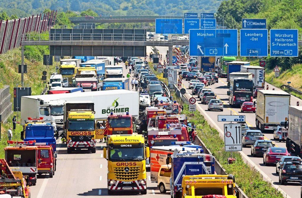 Auf der A8 bei Leonberg  kracht es  am 19. Juli 2016 heftig  – die Rettungsgasse  funktioniert, die Einsatzkräfte kommen gut zur Unfallstelle. Foto: factum/Granville