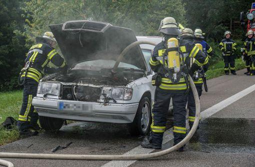 Mercedes brennt auf der Bundesstraße