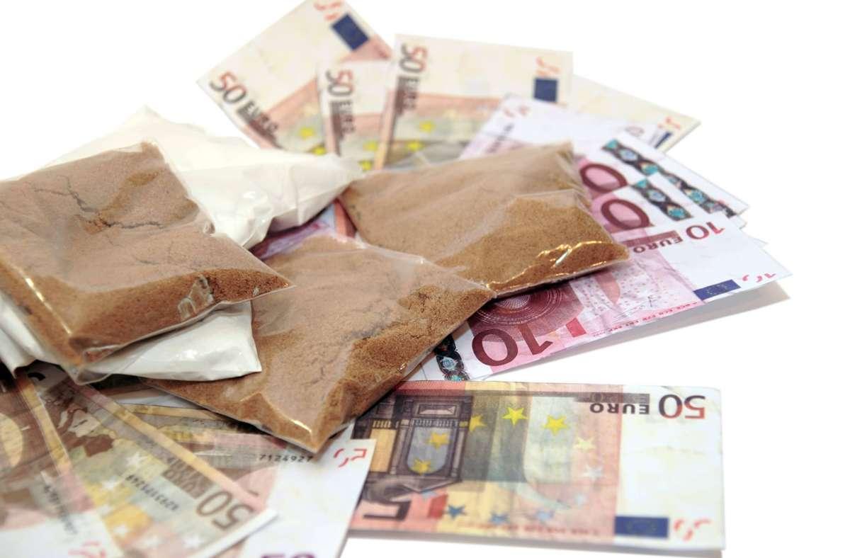 Die Polizei stellte jede Menge Drogen sowie Bargeld und Schmuck sicher. (Symbolbild) Foto: imago images/YAY Images/david morrison via www.imago-images.de