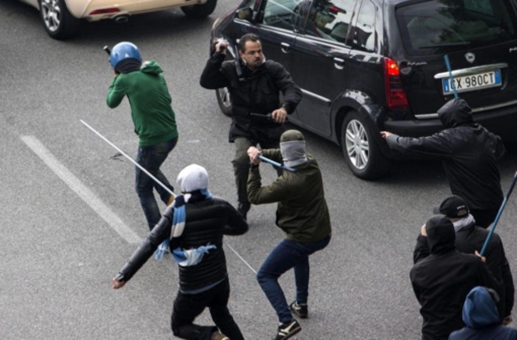 Bei Ausschreitungen vor dem italienischen Pokalfinale in Rom ist ein Fan lebensgefährlich verletzt worden. Foto: ANSA