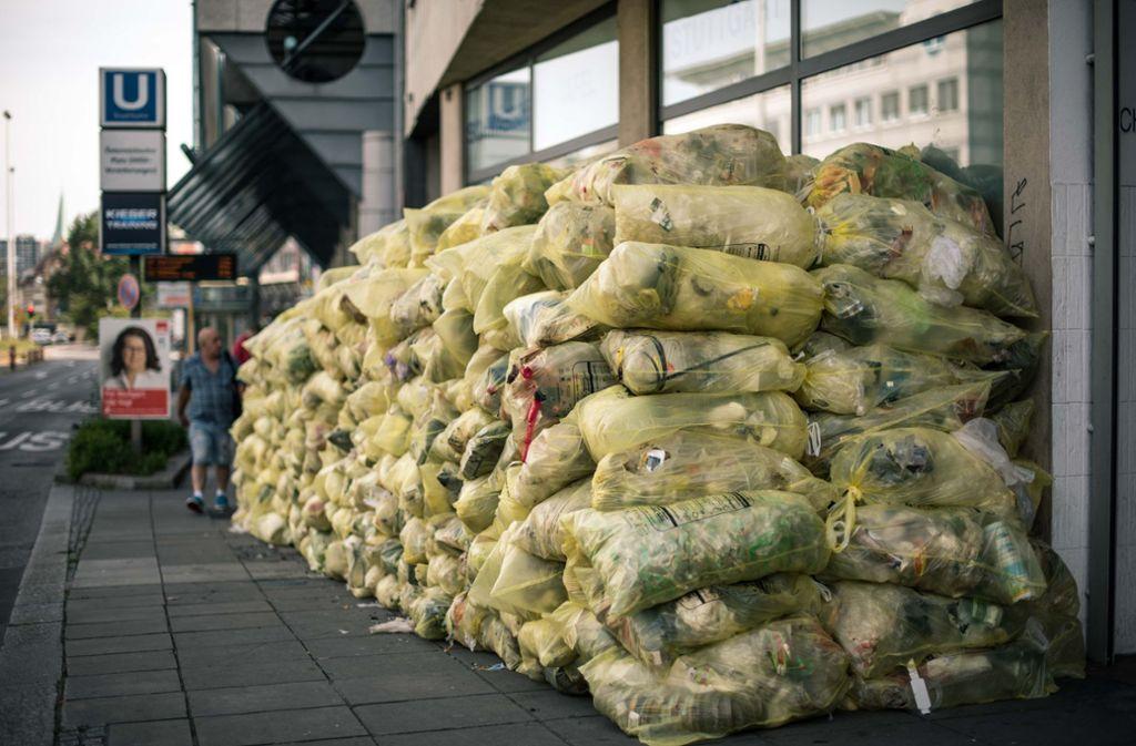 Gelbe Säcke vor der Abholung: Die Entsorgungsfirmen schummeln. Foto: Lichtgut/Max Kovalenko