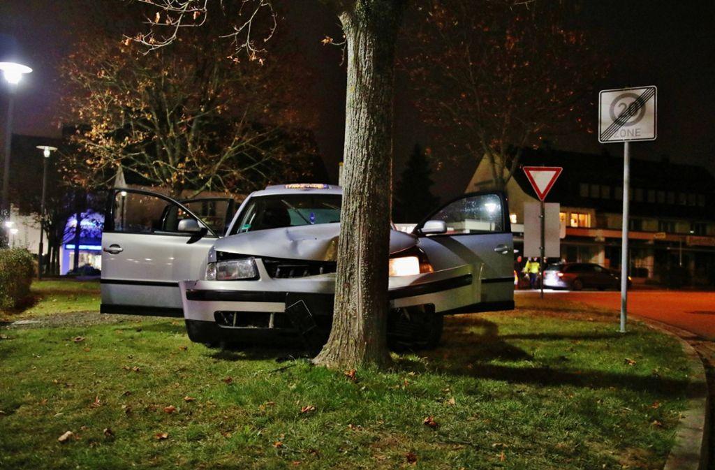 Die Fahrt eines 43-Jährigen endete an einem Baum in Kernen im Remstal. Foto: 7aktuell.de/ Lermer