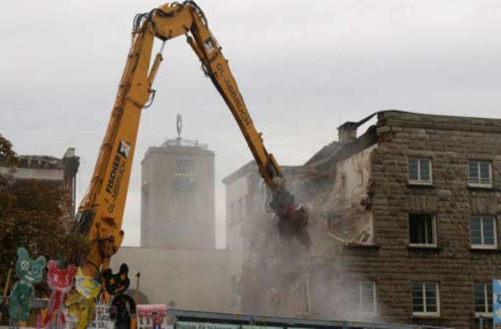 Seit dem Wochenende rückt ein zweiter Bagger dem Nordflügel zu Leibe. Asbest, so die Verantwortlichen, werde dabei nicht frei. Foto: APN