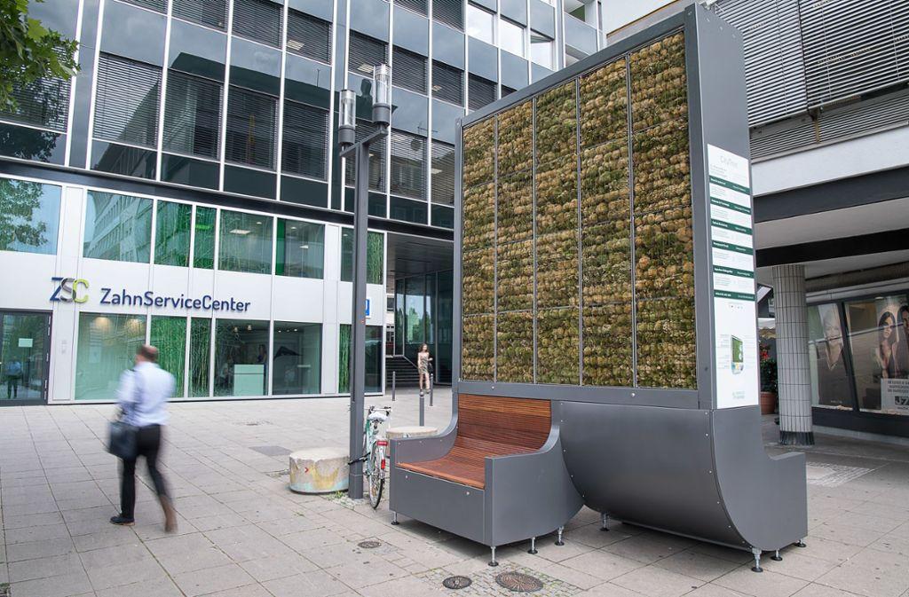 Auf jeden Fall ein Hingucker: Die Mooswand mit Sitzgelegenheiten in der Stuttgarter Innenstadt. Foto: dpa