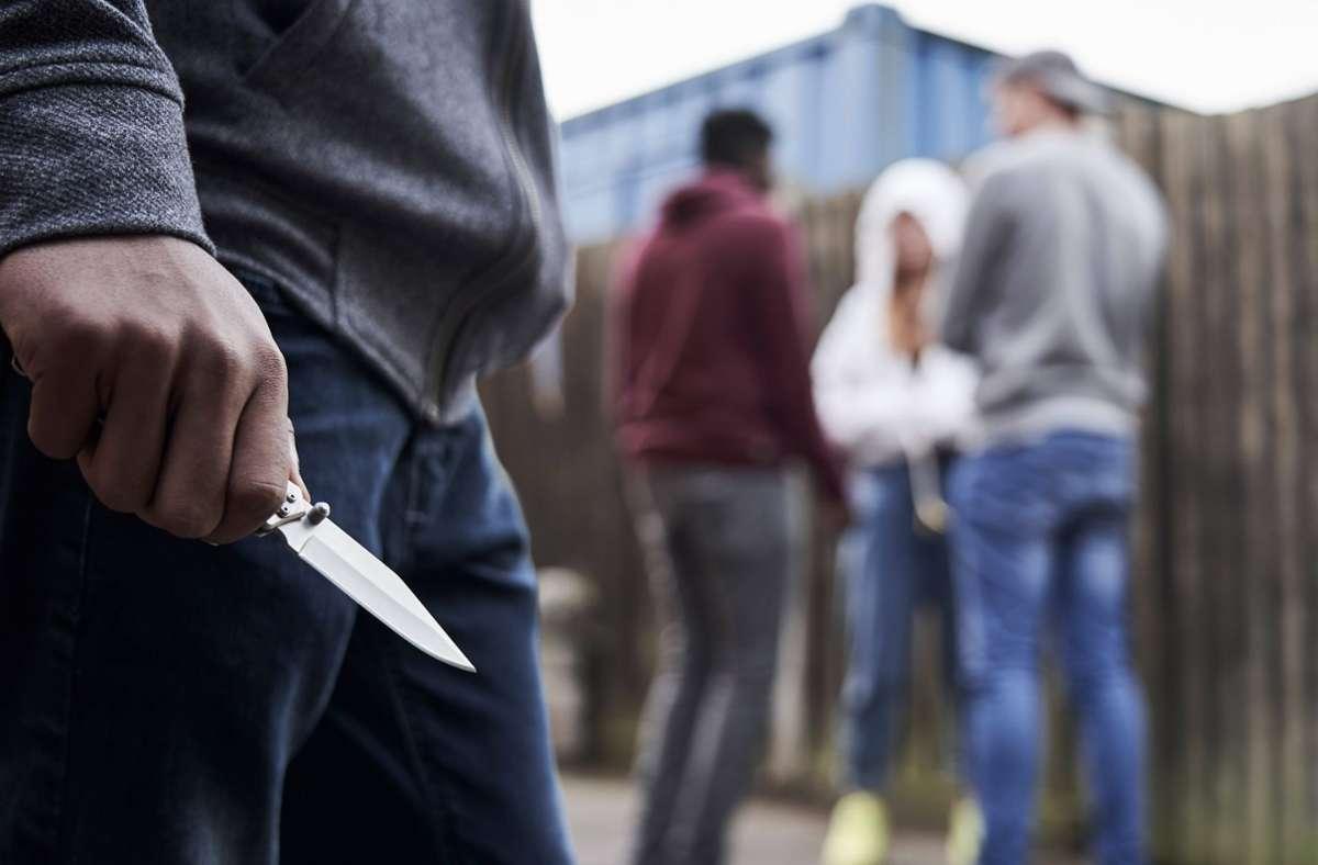 Der Täter bedrohte die Jugendlichen mit einem Messer. (Symbolfoto) Foto: imago images/Loop Images/Highwaystarz/LOOP IMAGES