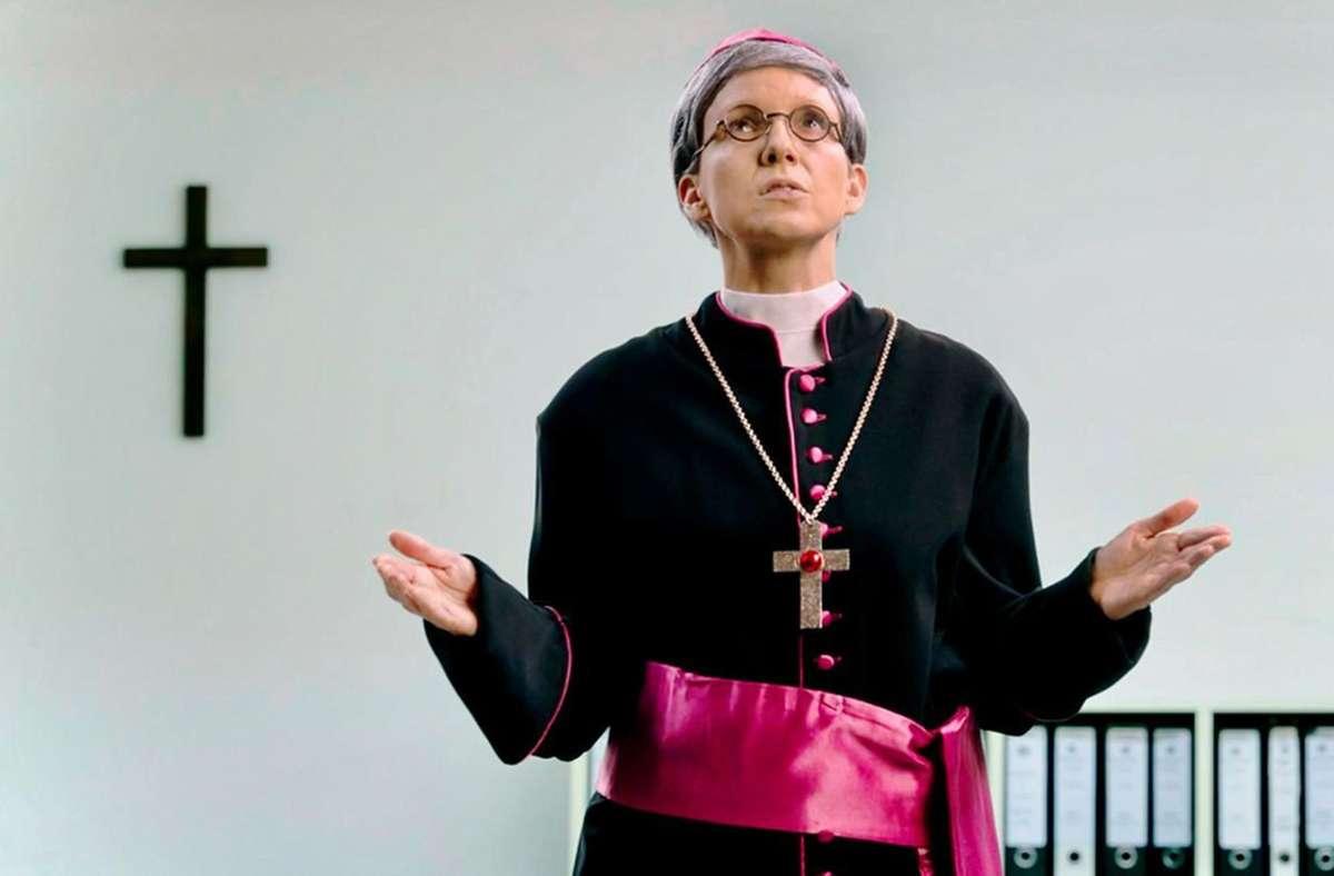 Wenn der Herrgott vergibt, muss niemand in der Hölle schmoren: Carolin Kebekus als Kardinal Woelki. Foto: WDR/Melanie Grande
