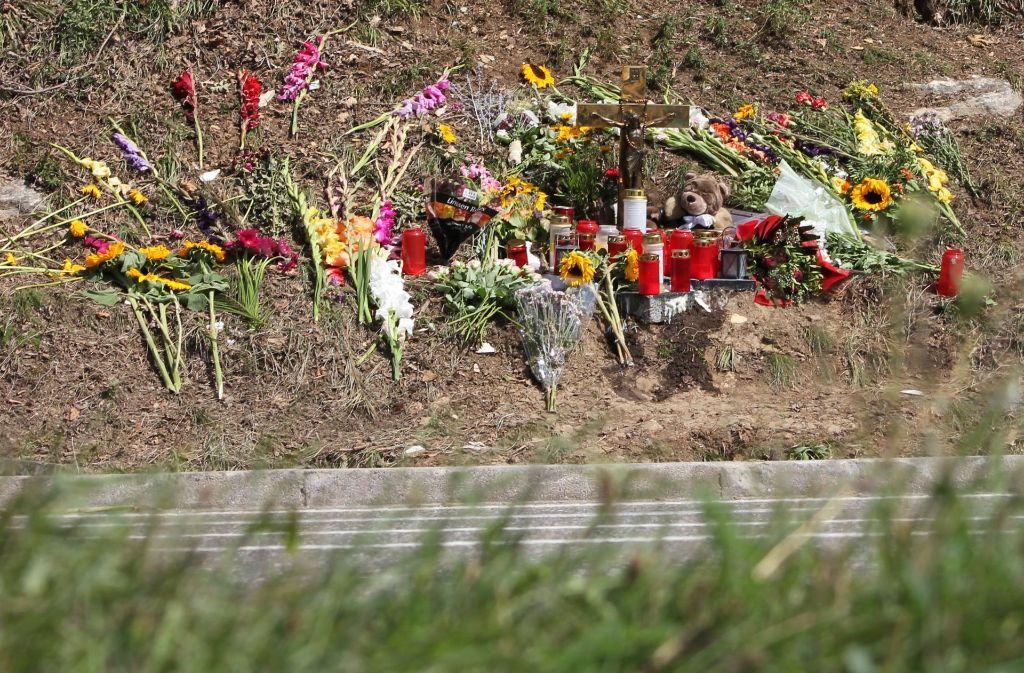 Blumen und Kerzen liegen an der Unfallstelle bei Nagold im Kreis Calw. Foto: dpa