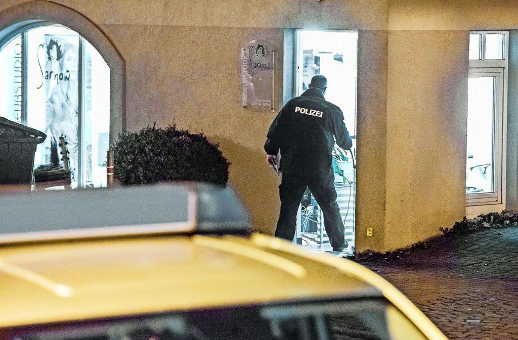 Ein Polizist sichert im Januar den Tatort, einen Friseursalon in Pleidelsheim. Dort soll eine 42-Jährige auf ihre Tochter und deren Freundin eingestochen haben. Foto: dpa