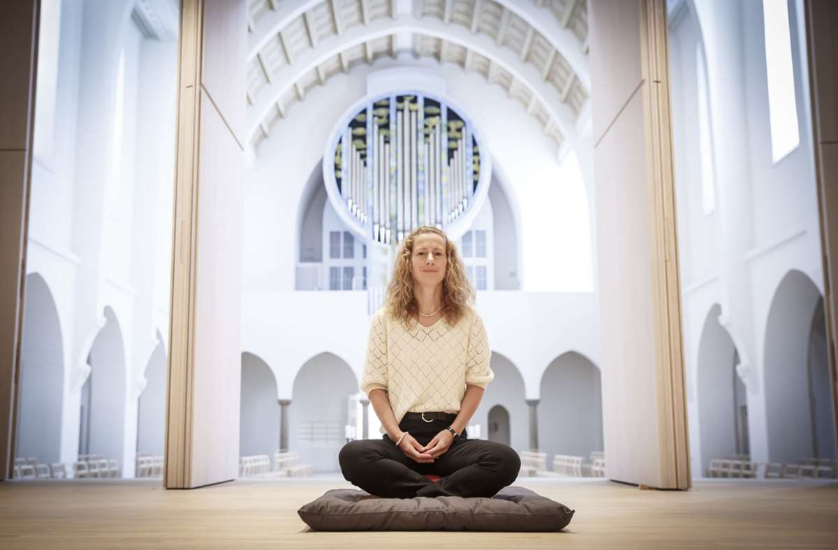 Kirstin Kruger-Weiß im Meditationsraum des Spirituellen Zentrum – im Hintergrund  der neu gestaltete Kirchenraum. Foto: Lichtgut/Julian Rettig
