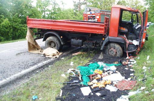 Lkw überschlägt sich – Fahrer schwer verletzt