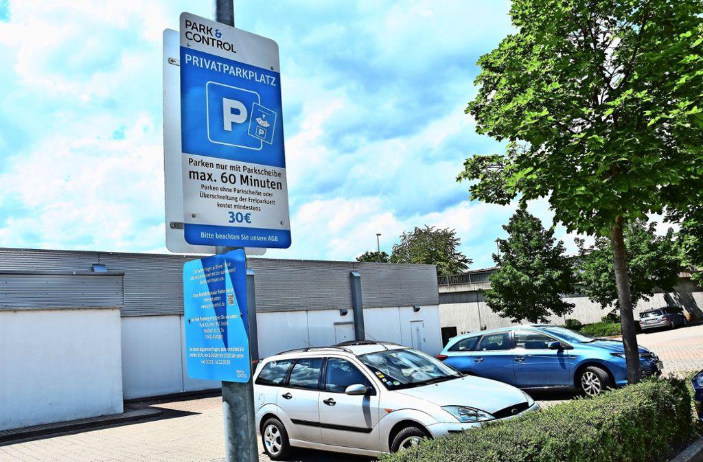 Schilder weisen auf die neue Parkscheibenregelung  und die Gebühr in Höhe von 30 Euro hin. Foto: