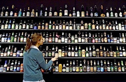 Eine beachtliche Sammlung: Flaschen und Dosen von Bierherstellern aus aller Welt hat das Technoseum für seine Ausstellung versammelt. Foto: dpa