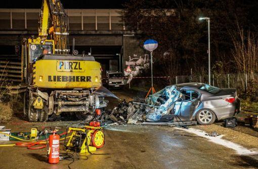 Autofahrer kracht gegen Bagger und stirbt