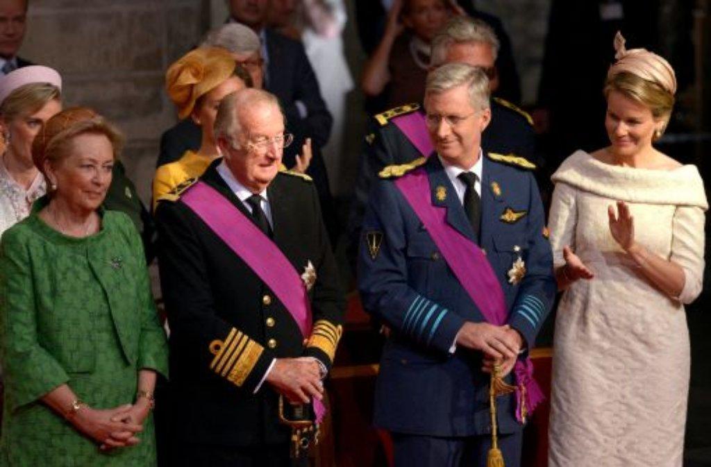 Belgiens König Albert II. (zweiter von links, mit seiner Frau Paola) hat offiziell abgedankt. In einer feierlichen Zeremonie unterschrieb der Monarch am Sonntag im Brüsseler Palast die Abdankungsurkunde. Mit diesem Akt ist sein Sohn Philippe (zweiter von rechts, mit seiner Frau Mathilde) neuer König der Belgier - auch wenn er erst am Mittag seinen Eid auf die Verfassung ablegen wird.  Foto: dpa