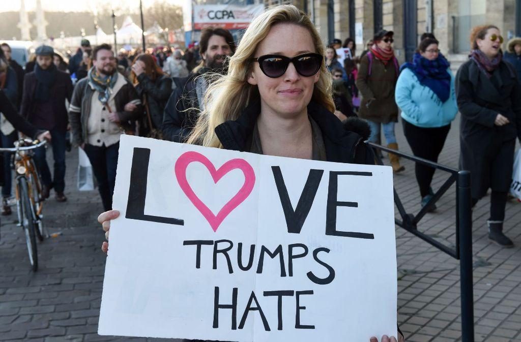 """Eine Teilnehmerin beim """"Women's March"""" in Bordeaux. Weltweit gingen Menschen gegen Trump auf die Straße. Foto: AFP"""