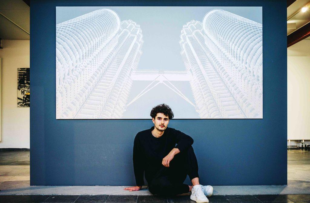 Tim Bengel im Museum of Urban and Contemporary Art in München vor seinem Bild Twintowers. Dafür hat er vor allem mit weißem  Sand und  Silber gearbeitet. Foto: Bengel Foto: