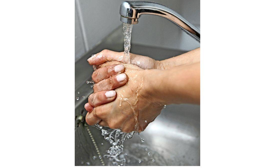 Mindestens 20 Sekunden lang sollte sich jeder die Hände waschen. Foto: dpa/Felix Hörhager