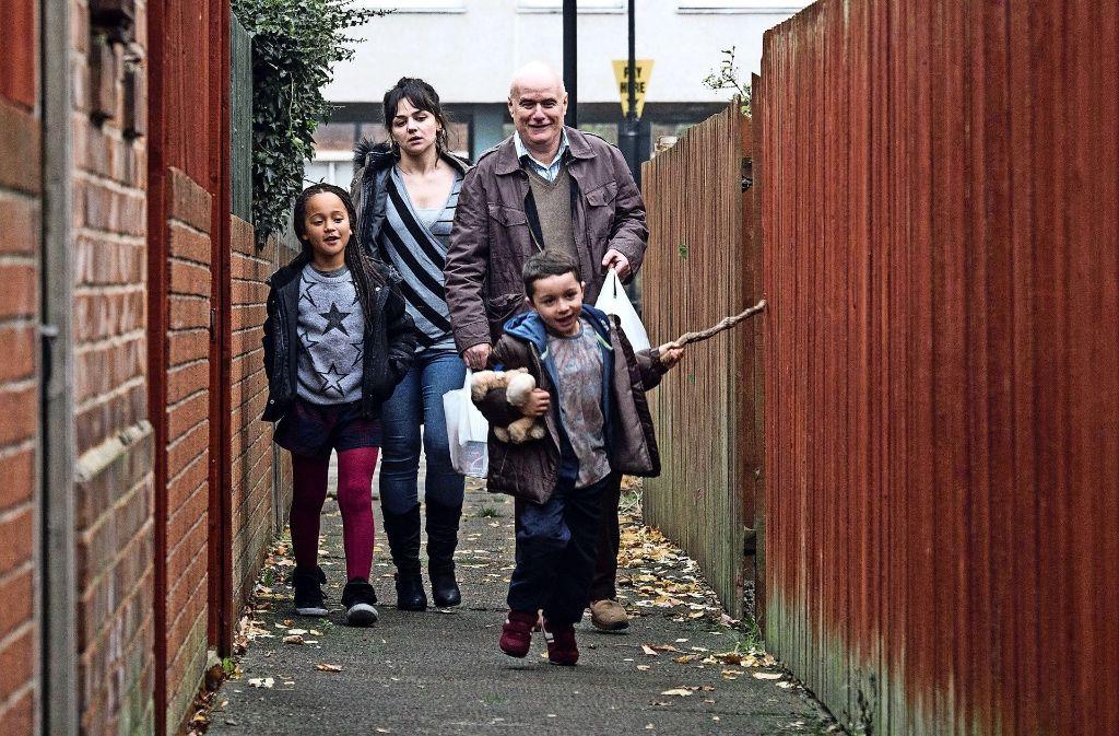 Solidarität der Habenichtse: Daniel Blake (Dave Johns, re.) bietet der jungen Mutter Katie (Hayley Squires) seine Hilfe an. Foto: Prokino