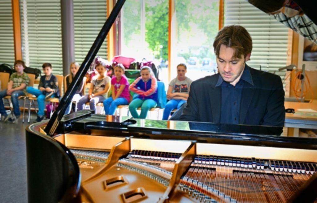 Florian Uhlig, der  Meister auf der Klaviertastatur, und sein andächtig lauschendes Publikum im Musiksaal des Max-Planck-GymnasiumsFoto:Horst Rudel Foto: